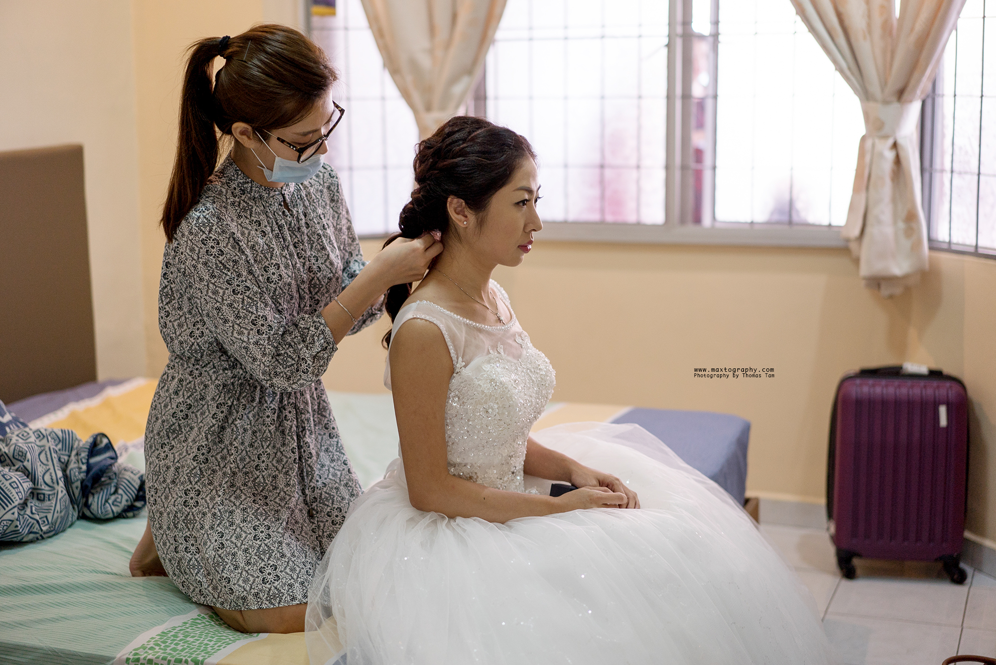 make up artist tiding bride hair