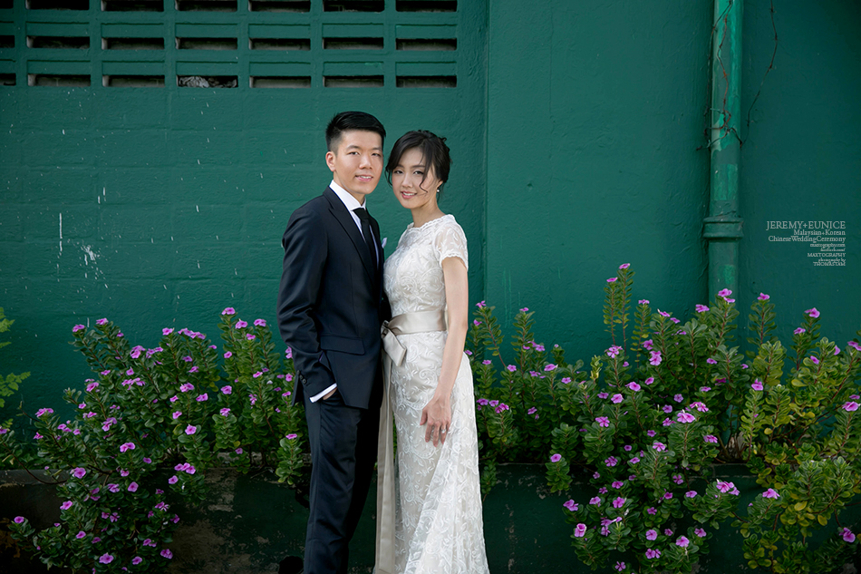 couple at the green background